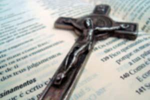 Kruzifix auf Bibel